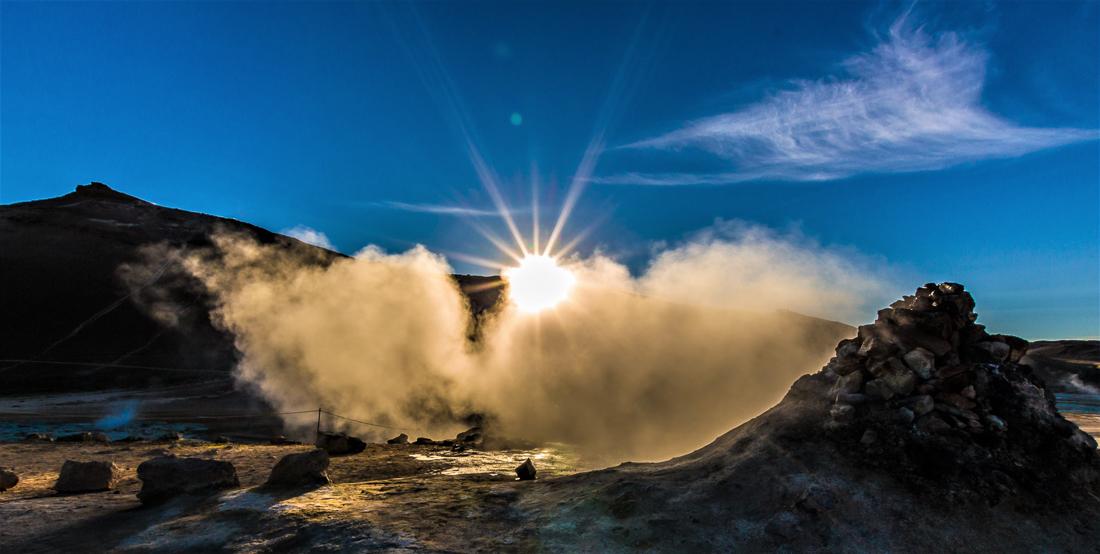 Hverir est un secteur géothermique qui grouille d'activité : on peut y observer des colonnes de vapeurs, des solfatares, des marmites de boue bouillonnantes… Surplombé par les crêtes du mont Námafjáll, le paysage semble venir tout droit d'une autre planète, avec ses nuances saturées ocre et bleutées.