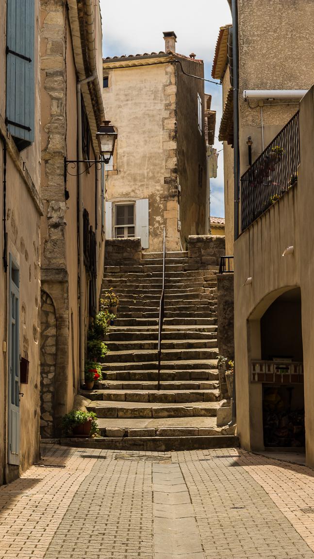 Escalier ensoleillé à Peyriac de mer