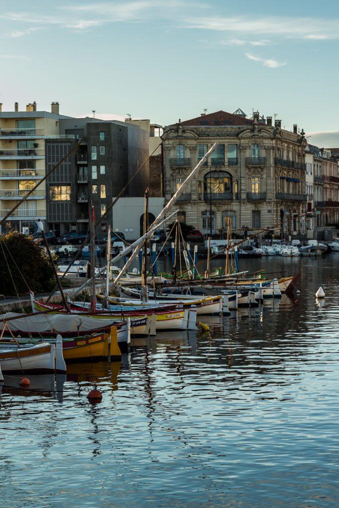 Crépuscule sur le canal à Sète