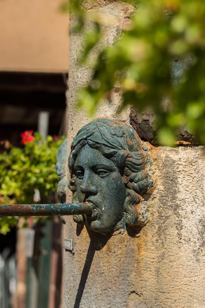 Détails d'une fontaine à La Canourgue en Lozère
