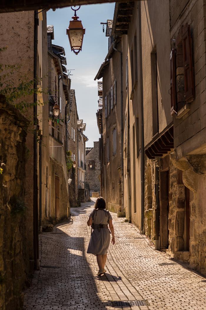 Balade dans une rue de La Canourgue en Lozère