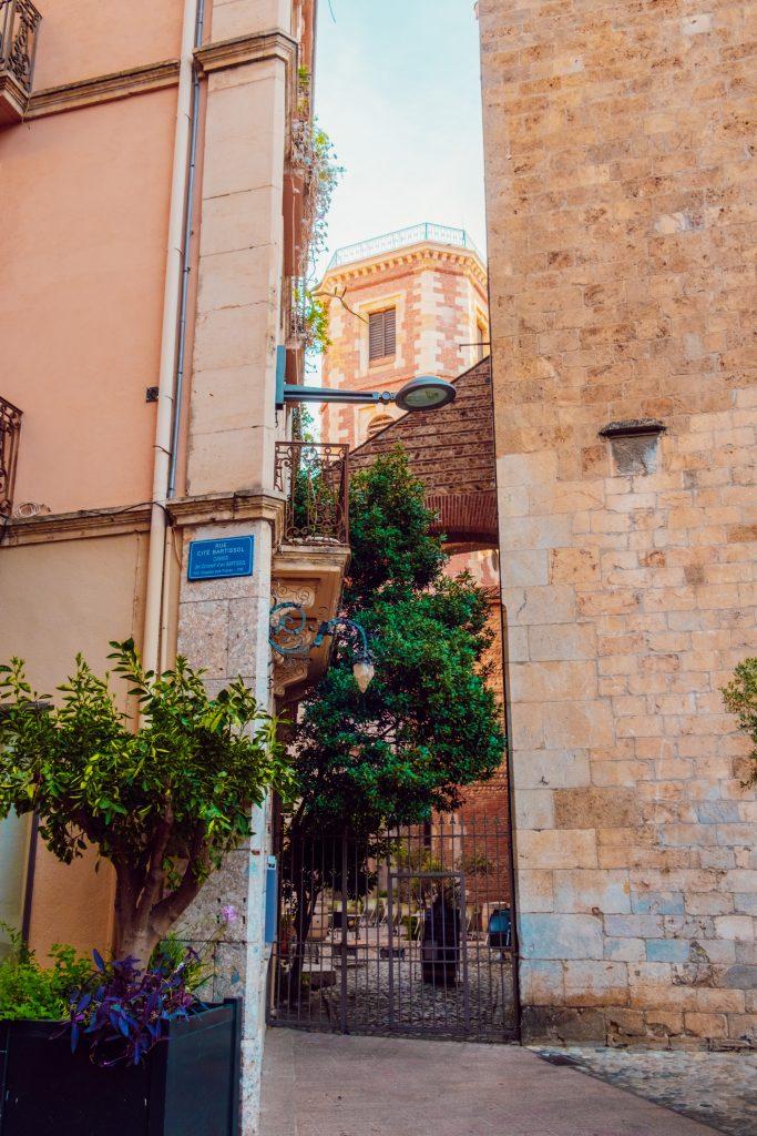 Une rue près de la Cathédrale Saint Jean à Perpignan
