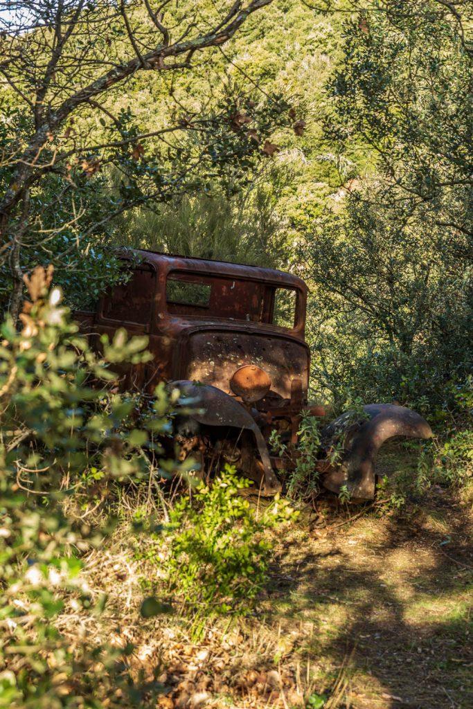 voiture abandonnée sur le sentier des Dolmens en Fenouillèdes