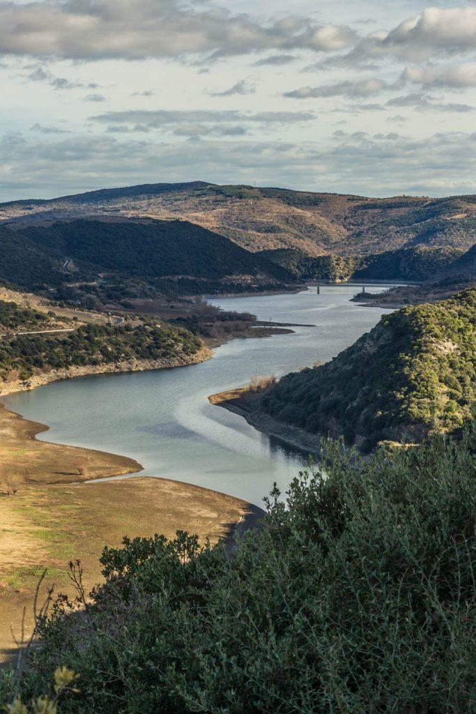 Panorama sur le lac de Caramany depuis le sentier des Dolmens en Fenouillèdes