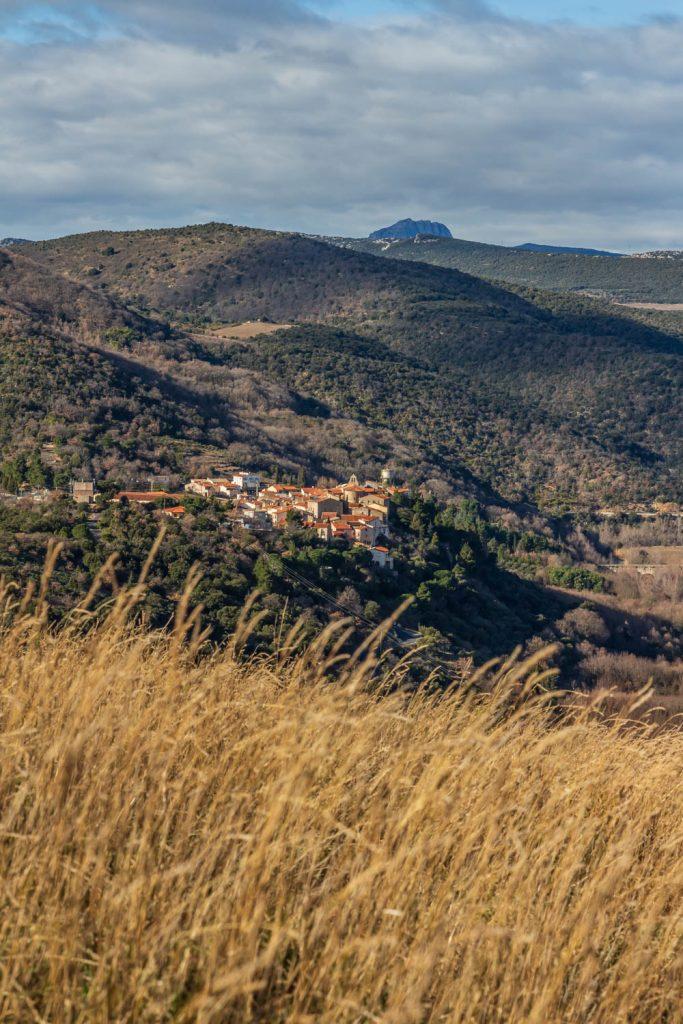 Panorama sur Ansignan depuis le sentier des Dolmens en Fenouillèdes