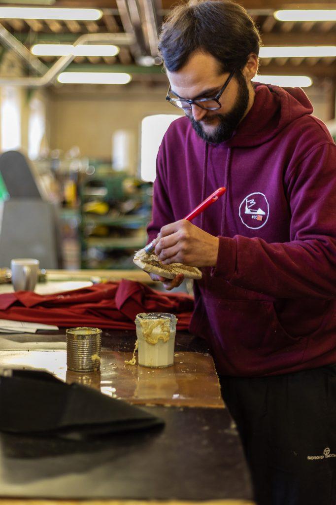 Guilhem sandalier dans l'atelier création catalane