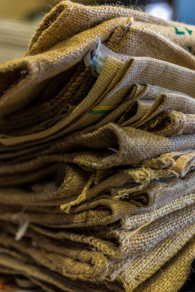 sacs de café recyclés dans l'atelier création catalane