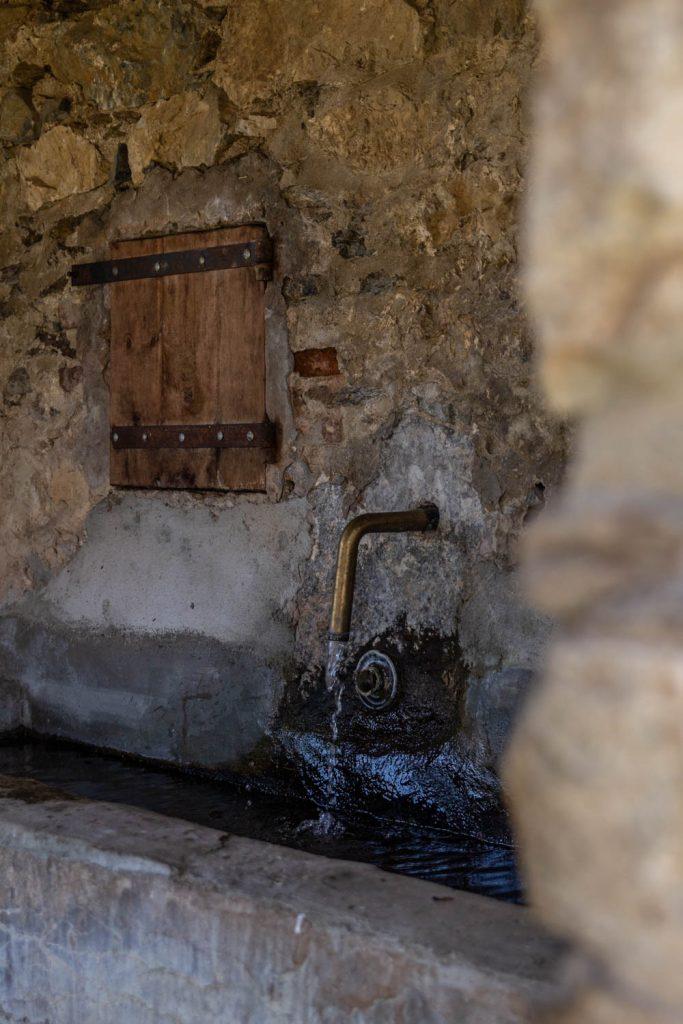 Ancien lavoir d'un village abandonné dans les Pyrénées-Orientales