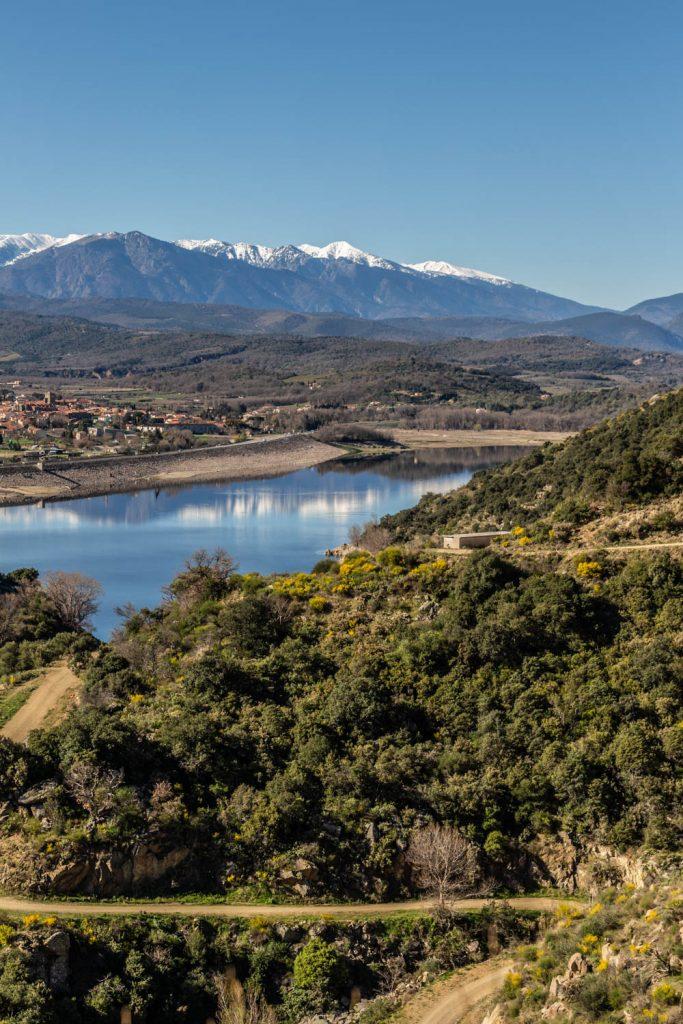 Vue sur le lac de Vinça depuis le sentier du vieux village de las Cases