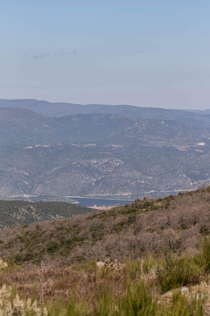 Vue sur le lac de Vinça depuis le Col des Arques